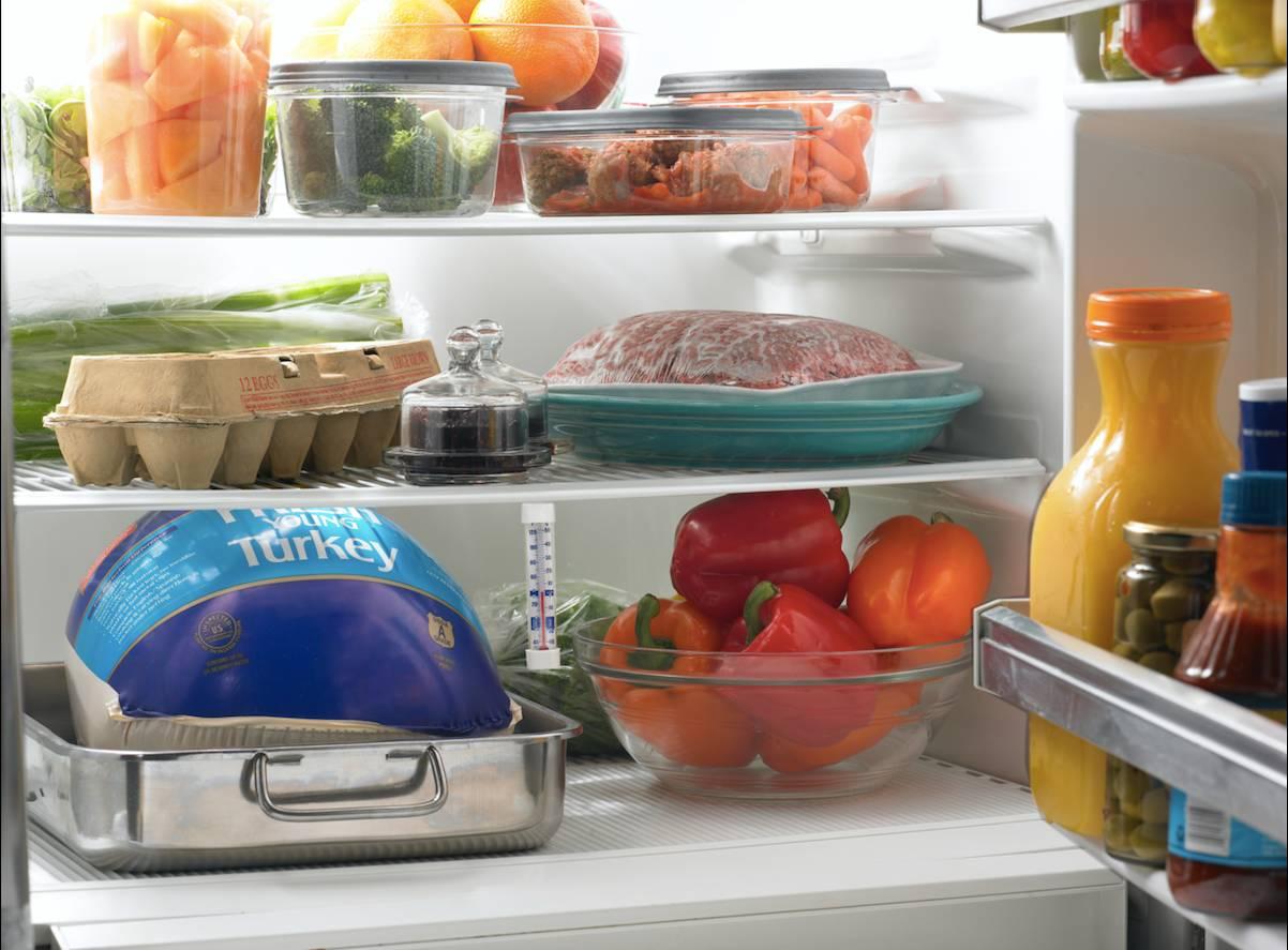 Чому не можна ставити гаряче в холодильник?