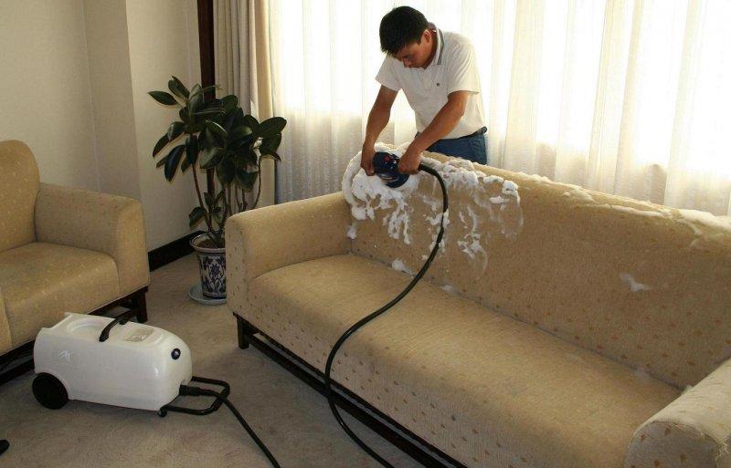 Як почистити диван в домашніх умовах?