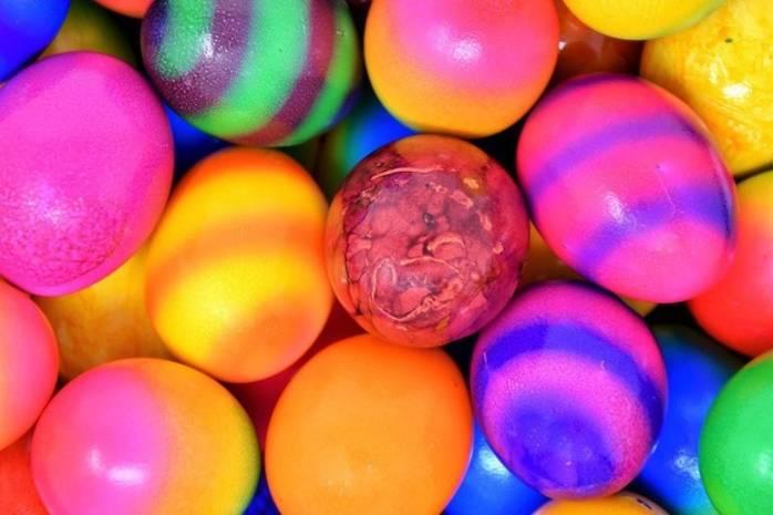 Як фарбувати яйця харчовими барвниками