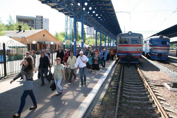 Потяг далі не їде, звільніть, будь ласка, вагони: Укразалізниця дала збій, відпустки під загрозою