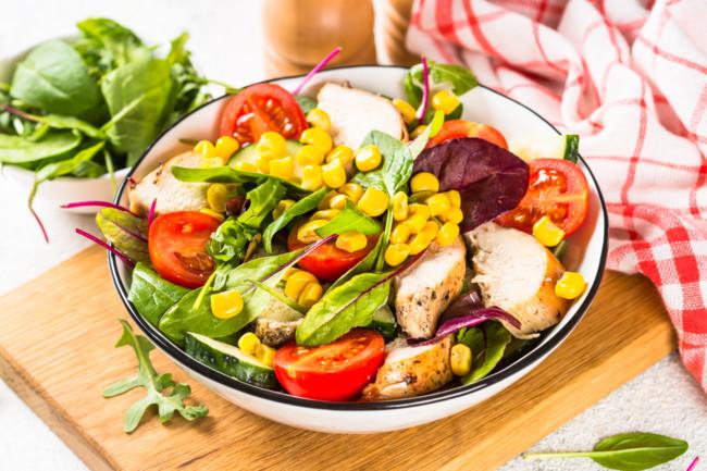 Салат з копченої курки з кукурудзою