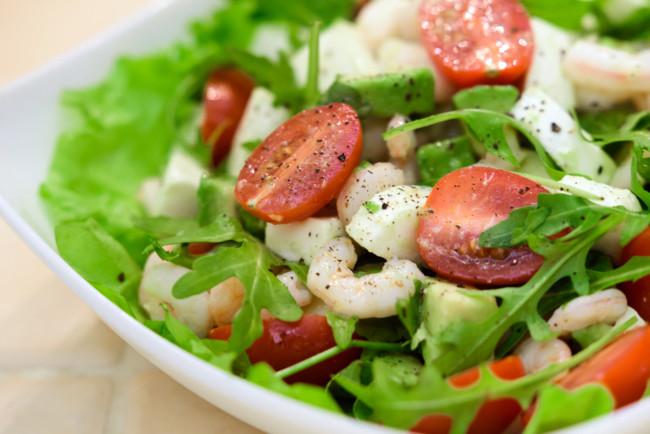 Салат з креветками і помідорами чері