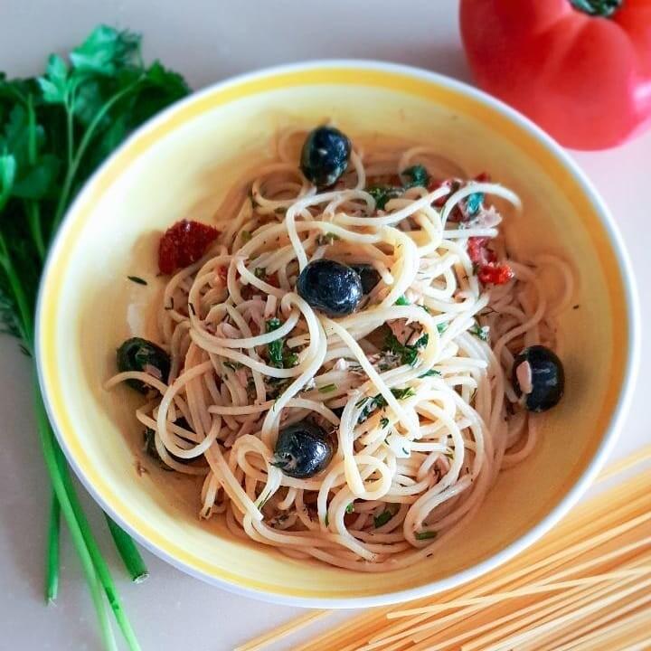 Спагеті путанеска з тунцем