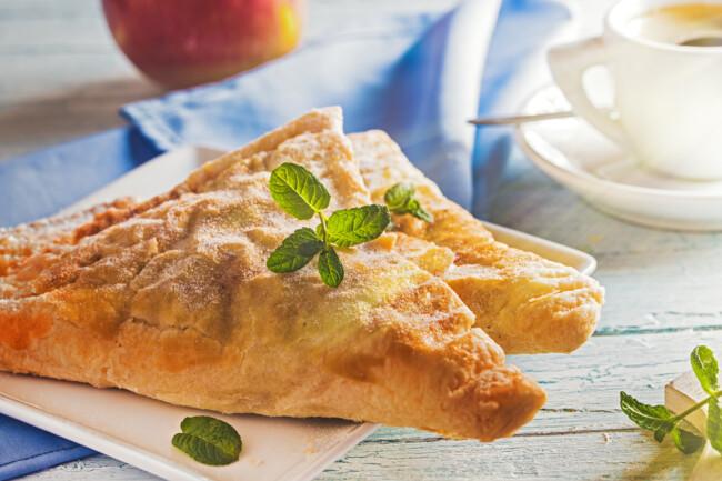 Яблучні пиріжки із сирного тіста